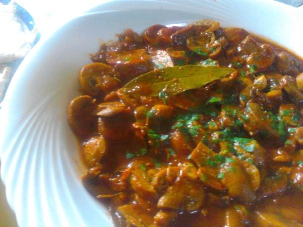 Sauté de champignons en sauce tomate