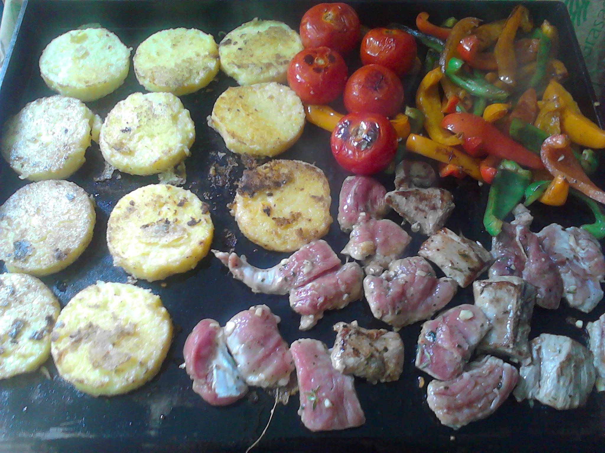 Plancha de filet mignon de porc marin s poivrons et galettes de polenta crou - Cuisiner a la plancha electrique ...