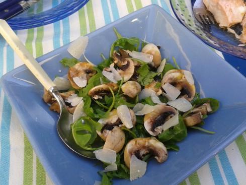 salade de roquette et champignons de paris copeaux de parmesan la cuisine de bulle. Black Bedroom Furniture Sets. Home Design Ideas